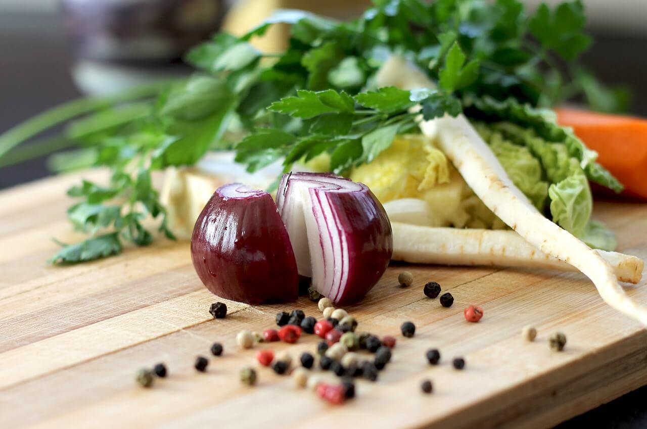 Dlaczego większa ilość desek do krojenia sprawdza się w domowej kuchni?